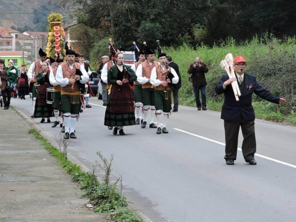 En la procesión, con la banda de gaitas Picos de Europa - DOP Cabrales